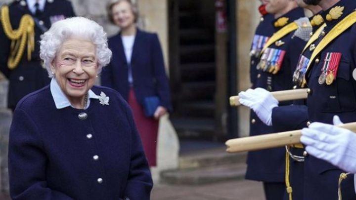 Por primera vez en 17 años, la reina Isabel II asistió a un acto con bastón