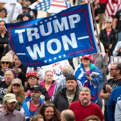 Manifestantes se reúnen en el Capitolio del Estado de Michigan en Lansing, Michigan. Varios cientos de manifestantes se reunieron en el capitolio exigiendo una auditoría forense de las elecciones presidenciales de 2020 en Estados Unidos.   Foto:Nic Antaya/Getty Images/AFP