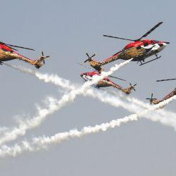 Helicópteros Sarang de la Fuerza Aérea india participan durante las celebraciones del 89 Día de la Fuerza Aérea india en la estación de la Fuerza Aérea de Hindon, en Ghaziabad, India.   Foto:Xinhua/Partha Sarkar