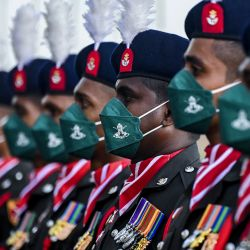 Personal del ejército de Sri Lanka en formación para la guardia de honor durante la llegada del Jefe del Estado Mayor del Ejército de la India, el general Manoj Mukund Naravane, al cuartel general del ejército de Sri Lanka en Colombo.   Foto:Ishara S. Kodikara / AFP