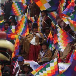 Personas sostienen banderas durante una marcha con el fin de reivindicar la bandera de los pueblos indígenas wiphala, en La Paz, Bolivia.   Foto:Xinhua/Mateo Romay