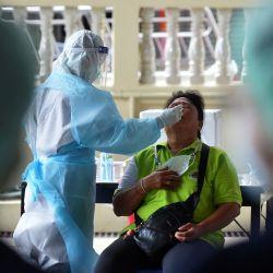Un trabajador médico toma una muestra de hisopado, en Bangkok, Tailandia. Tailandia reportó 9.445 nuevos casos de la COVID-19 y 84 muertes más, elevando el número total de infecciones a más de 1,73 millones mientras que los fallecimientos a 17.835, según el Centro para la Administración de la Situación del COVID-19.   Foto:Xinhua/Rachen Sageamsak