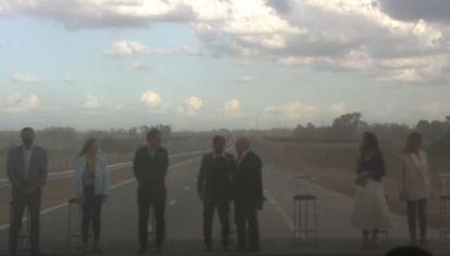 El palco del acto de Kicillof y Tolosa Paz en la Ruta 3, en medio el viento y la tierra que azotaban el lugar.