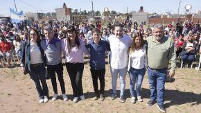Kicillof, el intendente Menéndez y otros referentes del peronismo en el acto de Merlo.