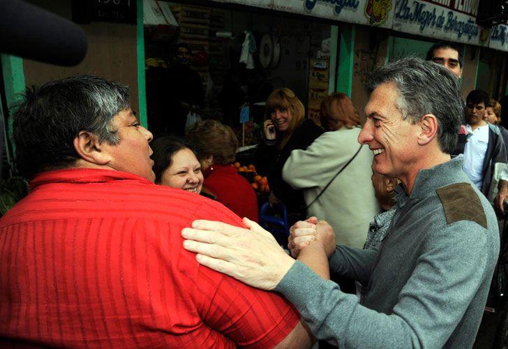 El precandidato presidencial tomó un tren de la Línea Roca y dialogó con pasajeros, vecinos y vendedores ambulantes.