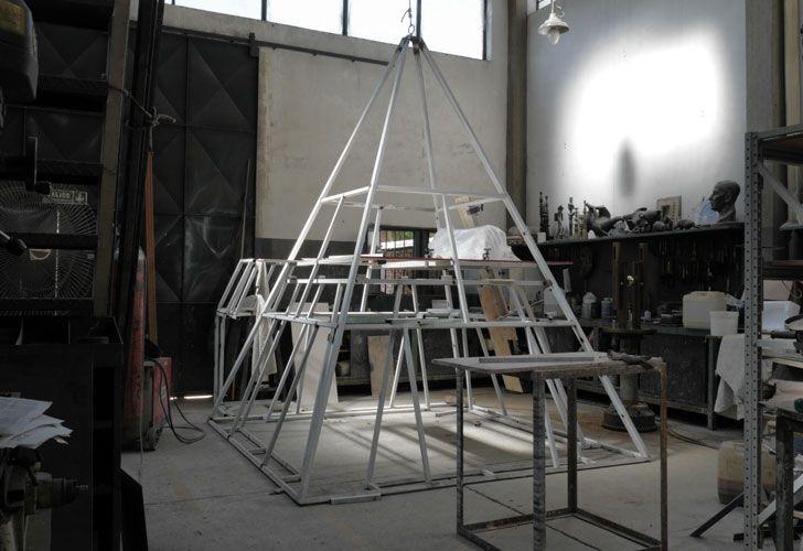 Secreto. En 1936, el arquitecto Alberto Prebisch diseñó el Obelis, En 2015, Erlich en su taller, con una modelo a escala del vertice del mismo.