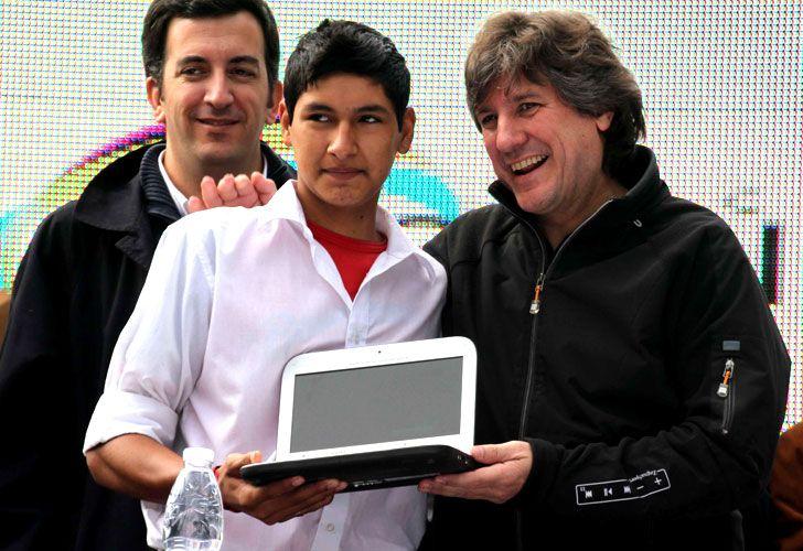 Randazzo y Boudou entregando una de las netbooks del plan Conectar Igualdad