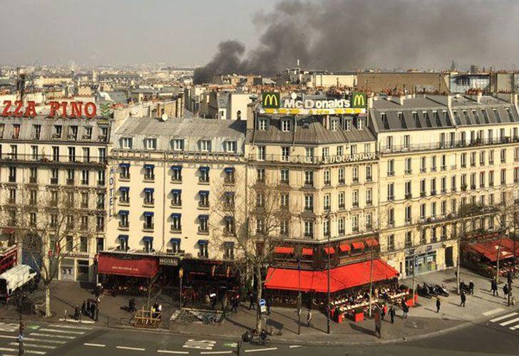 Una nube de humo invadió el centro de París