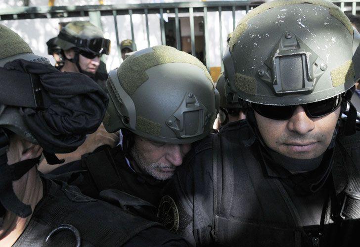 Lo trasladaron a bordo de un furgón de la fuerza de seguridad yen medio de un fuerteoperativo policial.