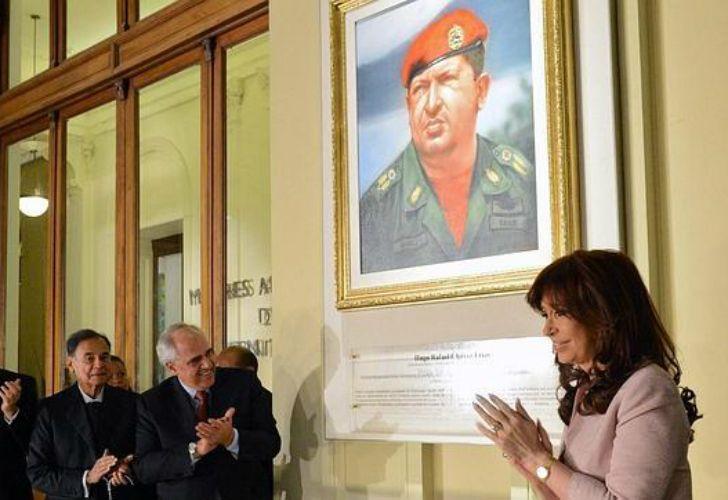 Cristina Fernández de Kirchner junto a un cuadro de Hugo Chávez