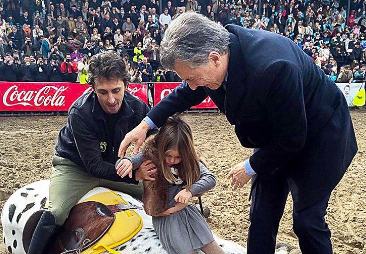 Bienvenido. El Presidente se mostró distendido en la pista central de la feria. Incluso jugó con su hija Antonia y un caballo.
