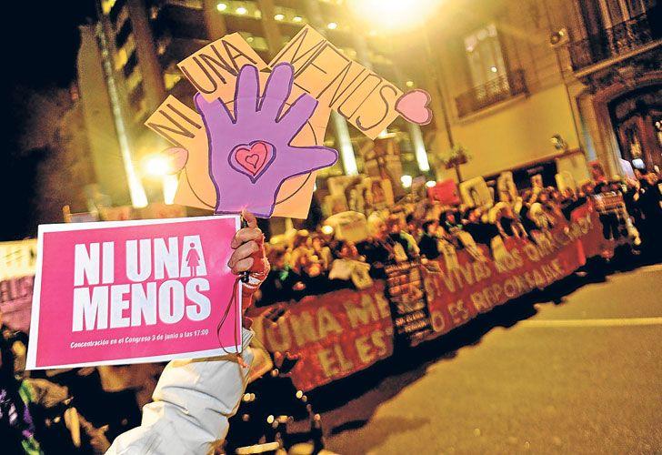 Lucha.  Erica González tenía 19 años y una hija de siete meses cuando fue asesinada (arr.). Su madre (izq.) se hizo cargo de la pequeña y reclama su tenencia.
