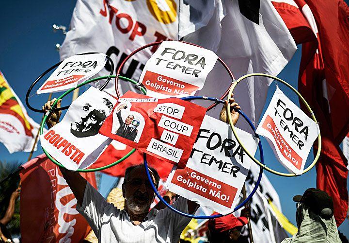 """fora. Río de Janeiro fue ayer escenario de manifestaciones contra el """"golpe"""" de Michel Temer. El presidente provisorio prefirió no hablar durante la ceremonia de apertura en el Maracaná para evitar el abucheo del público."""