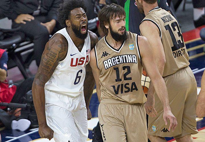 Choque. DeAndre Jordan grita encima de Marcos Delía, en el amistoso antes de los Juegos.