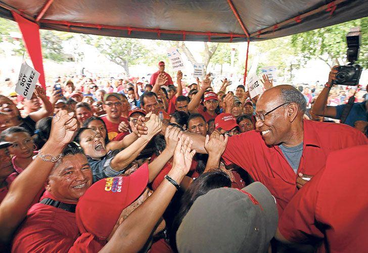 Popular. Istúriz, de 69 años, saluda en un acto a seguidores del gobernante PSUV. El vicepresidente ejecutivo fue designado en enero pasado por Maduro, cuando la oposición aún no había lanzado su propuesta revocatoria.