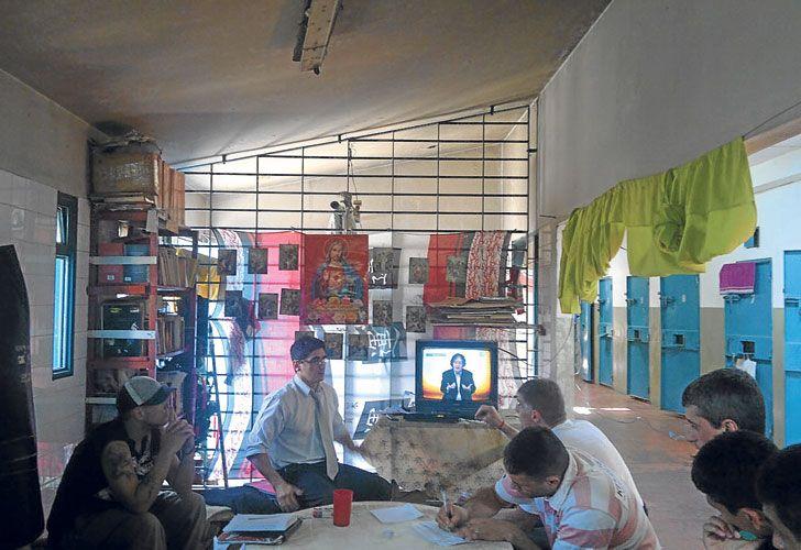 En clase. Sarlo dicta un taller de literatura y filosofía en el pabellón de presos comunes.