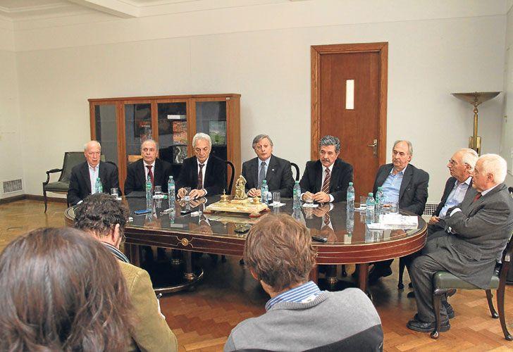 FOTO-RESPALDO. El ministro de Energía, ayer, rodeado por siete ex secretarios de Energía, una especie de 'amicus curiae oral' a la espera de la definición de la Corte.