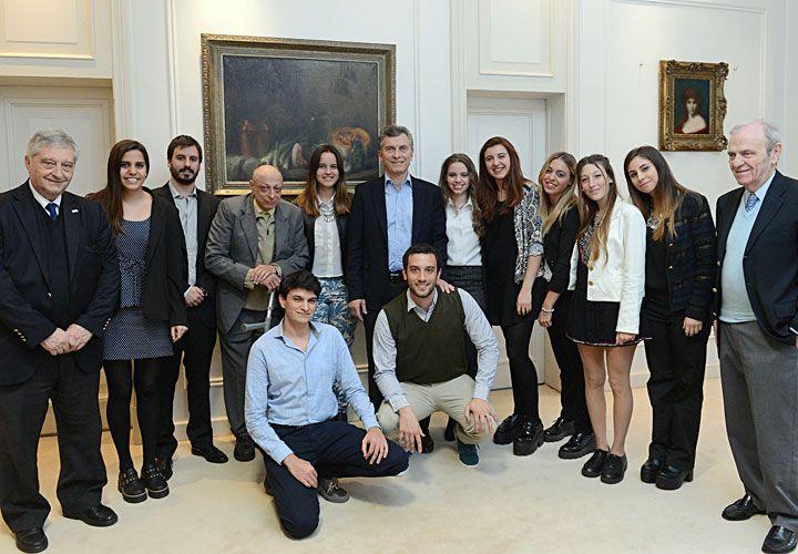 Con alumnos. El Presidente recibió ayer a estudiantes premiados del ITBA y evitó referencias directas al revés de la Corte.
