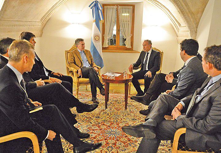 CON MACRI. El mayor inversor eléctrico y comprador de Pampa, en enero con el Presidente en Davos.