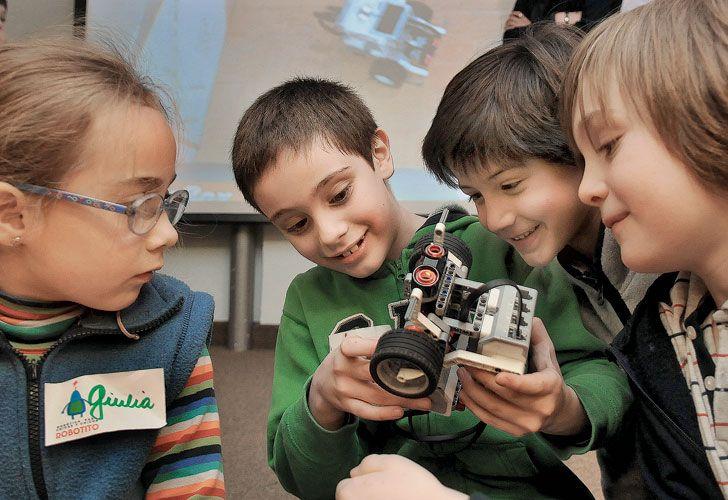 Robótica. En los talleres del ITBA los pequeños crean robots móviles y potencian su creatividad.