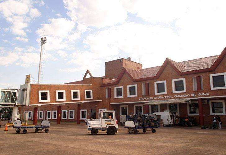 Además del descenso de los pasajeros de la aeronave, también se dispuso el desalojo de la zona destinada al ingreso y egreso a la estación aérea para la realización de inspecciones.