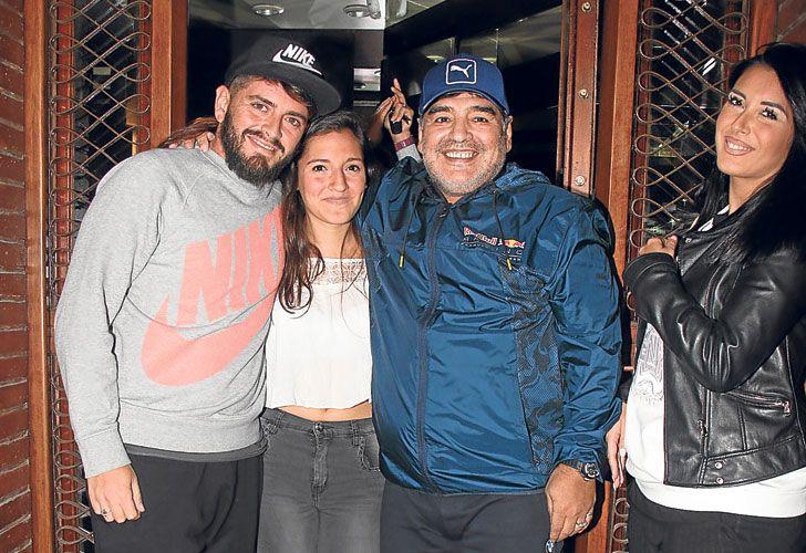 Reunion.  Dieguito, Jana y Maradona, en la casa de sus abuelos.