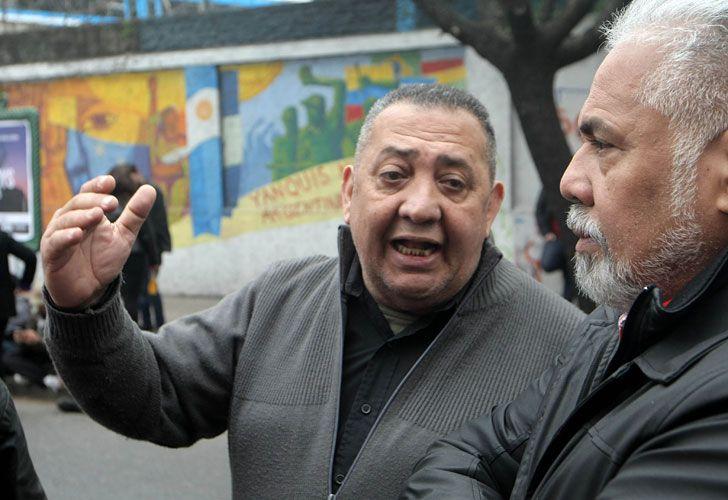 Agrupaciones kirchneristas apoyan al gobierno de Maduro en la embajada de Venezuela de Buenos Aires.