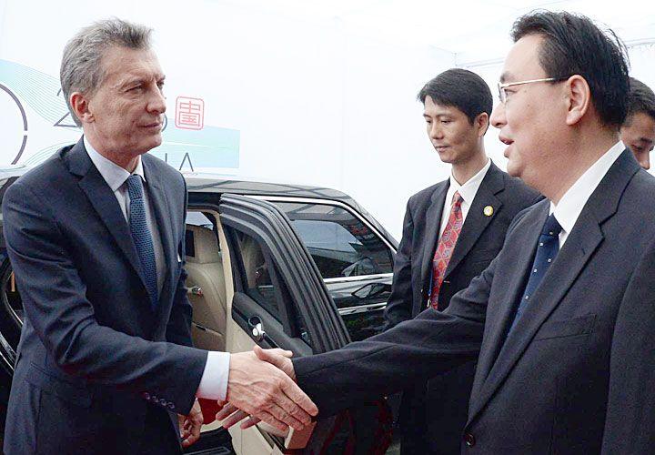 En China. El mandatario llegó al gigante asiático el jueves por la noche. Ayer, mantuvo una reunión bilateral con el local, Xi Jinping. Hoy se verá por primera vez cara a cara con el ruso Vladimir Putin.