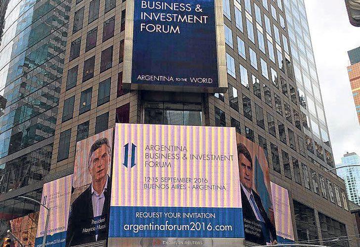 To the world. Así se promocionó el foro de inversiones en Times Square, en el centro neoyorquino.