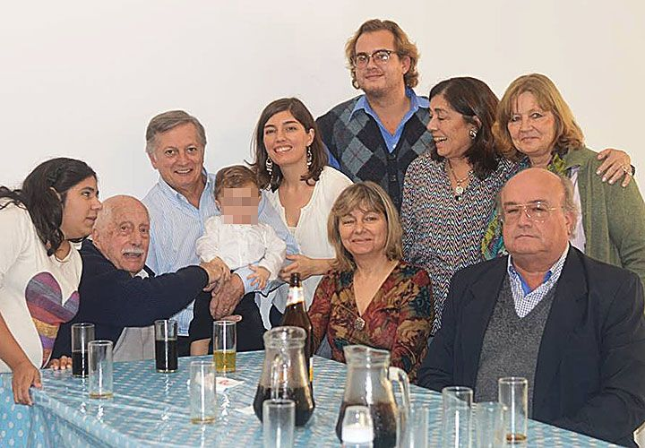 """Juntos. El ministro de Energía sostiene a su """"debilidad"""", Luca Benicio, su único nieto, en un encuentro de los Aranguren. Puertas adentro, Aranguren tiene sentido del humor."""