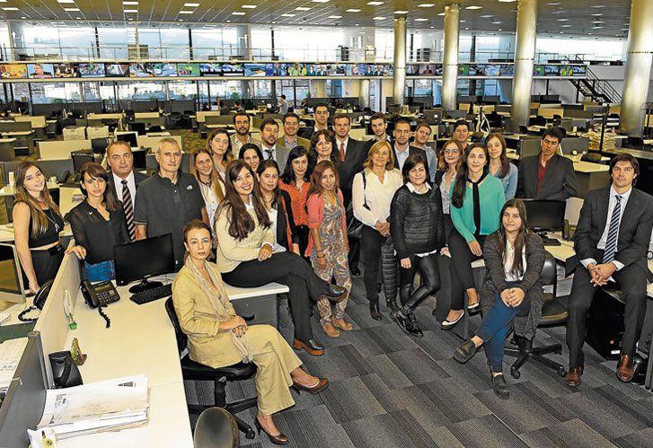 Equipo. El grupo de estudiantes que inició sus clases en la redacción integrada de Editorial Perfil en abril pasado, junto a las autoridades del Posgrado Perfil-USAL.