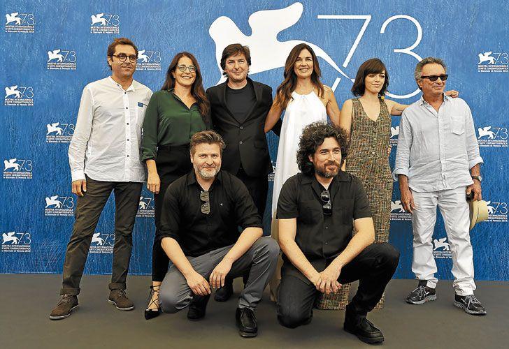 Equipo. Andrea con toda la banda de El ciudadano ilustre el día que se presentaron en Venecia.