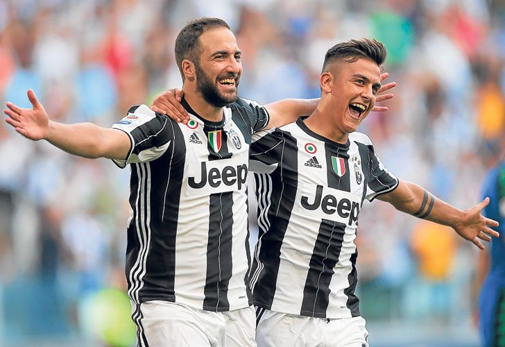Pipita. Convirtió dos goles en cinco minutos y festejó con Dybala. La Juve tiene puntaje ideal.