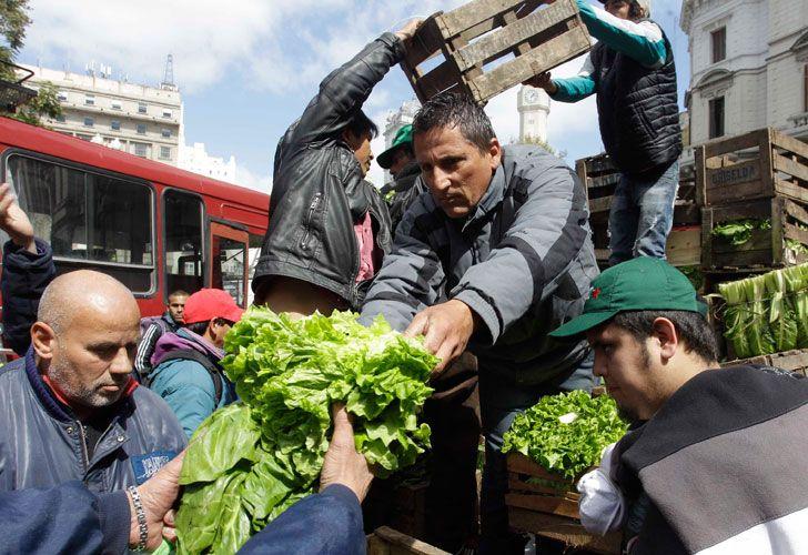 Regalan verduras en Plaza de Mayo