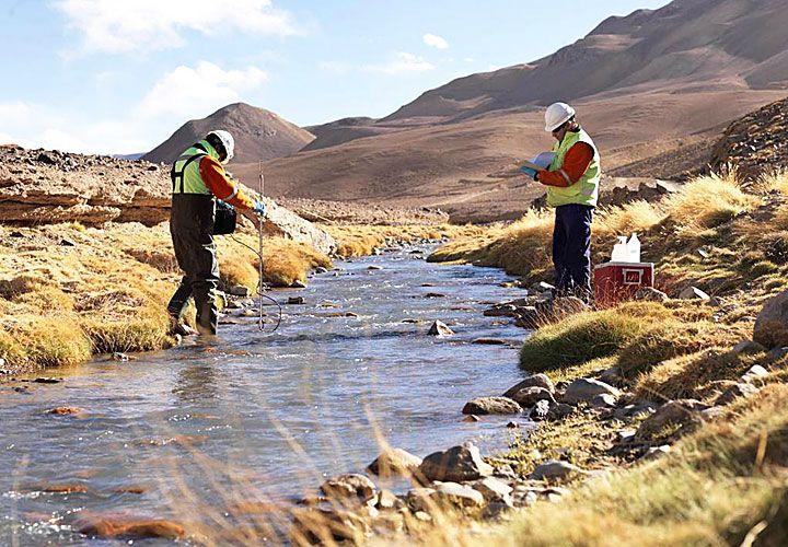 Registro. El jueves, los peritos tomaron muestras del río Jáchal para evaluar el daño ambiental.