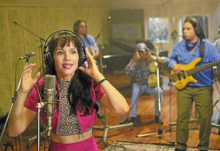 Accion. Natalia Oreiro caracterizada como Gilda grabando una escena del film junto a Danny de la Cruz y Edwin Manrique, miembros de la banda original de la cantante tropical.