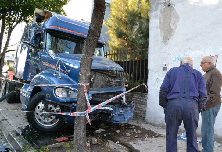El camión perdió el control y mató a un hombre y su hijo.