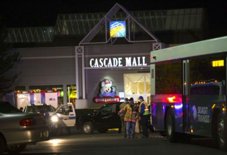 La policía se desplazó hasta el Cascade Mall de Burlington para asistir a las víctimas.