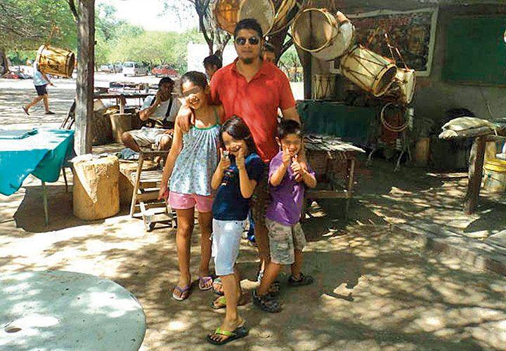 Casa. Una foto del joven con familiares en Santiago del Estero.