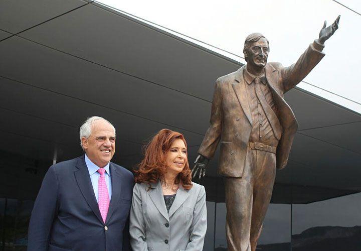 Homenaje. La ex mandataria se reunió ayer con Ernesto Samper, secretario de Unasur y posaron frente a una estatua de Néstor Kirchner.