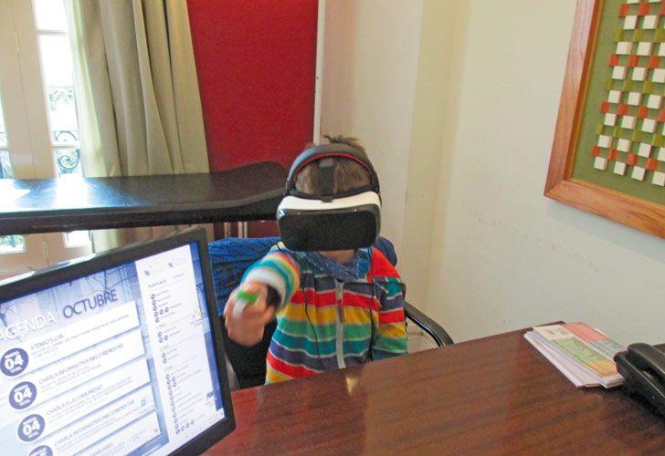 Simulacion. Con el equipo los chicos reciben estímulos distractores similares a los de un aula.