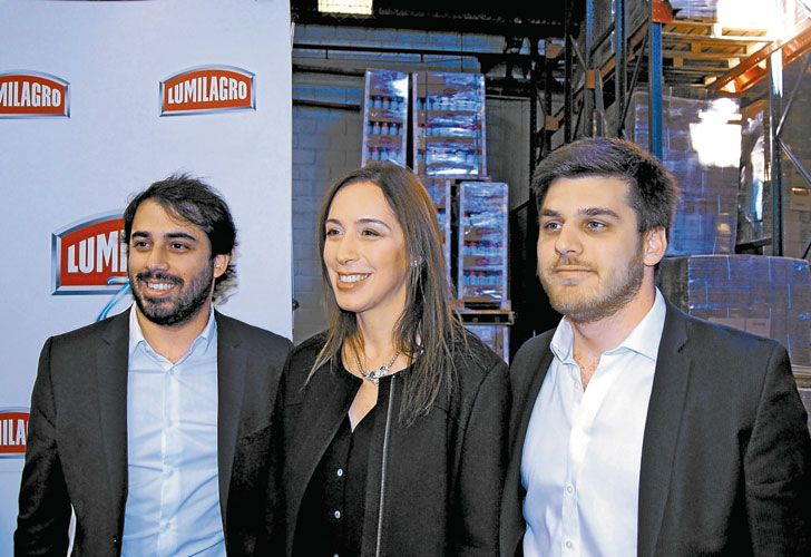 """ACCION. Rodrigo (der.) junto a su guía """"Albi"""" Czernikowski y María Eugenia Vidal en una visita a una fábrica (arr.)."""