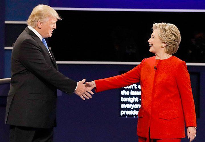 Hillary y Donald. Un rito que no cambia nada, pero hace la vida más divertida.