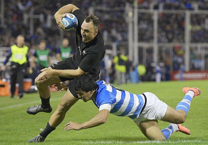 Potencia. Israel Dagg intenta escapar a Santiago González Iglesias. Los All Blacks no aflojaron ni aún con el título asegurado, y Los Pumas no pudieron dar el golpe.