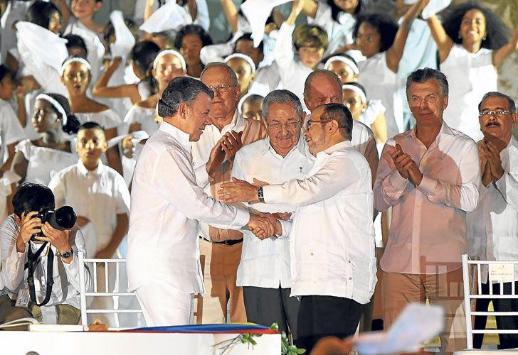 """Acuerdo. Tras cuatro años de negociaciones, Santos y """"Timochenko"""" firmaron el lunes el fin del conflicto. Ahora, deben refrendarlo los colombianos."""