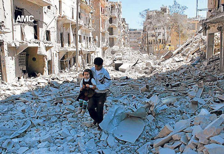Destruccion. El gobierno sirio y su aliado ruso quieren capturar toda la ciudad, hoy dividida.