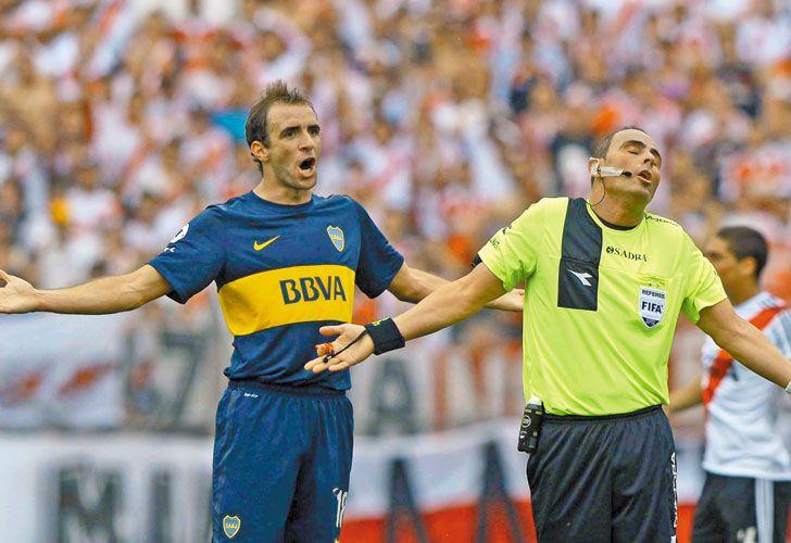 Sin culpas ni rencores. Somoza reclama, enojado por lo que supone es una injusticia. Lunati no piensa dar explicaciones. Escena de un Superclásico, cuando la pasión del árbitro por River era solo una sospecha.