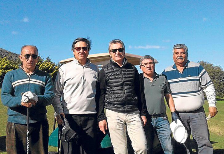 Hoyos. Un grupo de golfistas tandilenses se retrató ayer con Macri en el campo de juego.