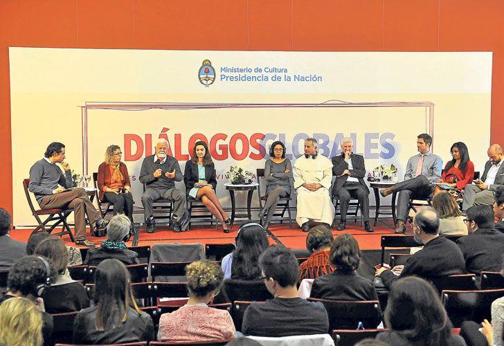 Pacificadores. Los invirtados internacionales y el funcinario ministerial durante el debate final de las jornadas que se realizaron en la Casa de Gobierno argentina.