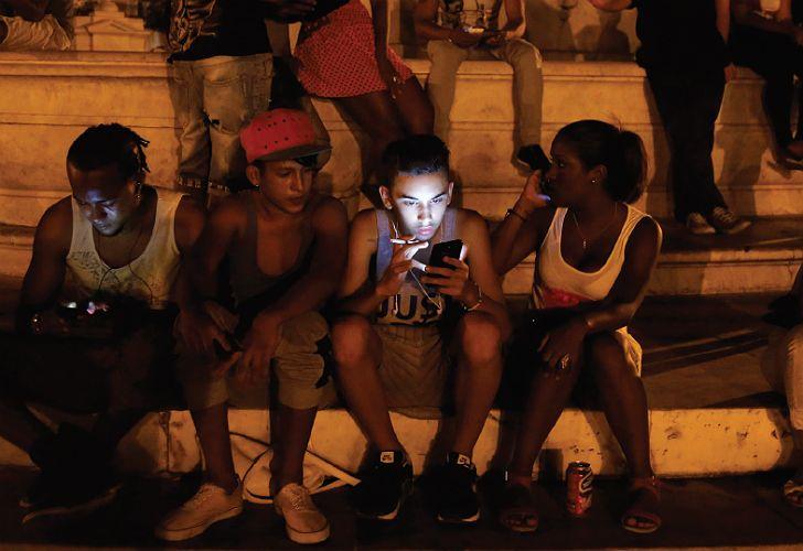 Los cubanos deben acudir a determinados lugares públicos para acceder a Internet.